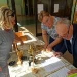 Moment przekazania wyposażenia apteki do Muzeum Pamięci