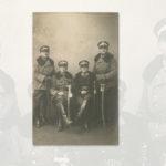 Czterech żołnierzy z 2. Pułku Szwoleżerów Rokitniańskich. Drugi od lewej to Józef Domasik z Osieka. Imiona i nazwiska pozostałych nie są znane.