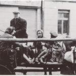 Oświęcim - niemiecka okupacja. Drabniasty wóz chłopski z żydowskimi dziećmi wywożonymi na stację kolejową w Oświęcimiu